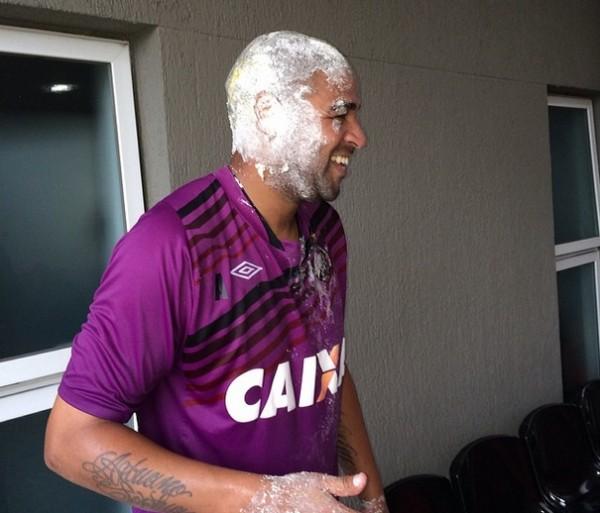 """Adriano: """"Vendo esta foto lembro da minha vó que adora jogar farinha na gente!"""" (Foto: Reprodução/Instagram)"""