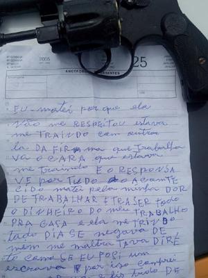 Carta deixada pelo atirador e arma do crime. (Foto: Bruno Henrique)