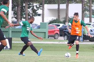 Baraka tem treinado com o time de colete e deve estrear contra o Cene (Foto: Divulgação/Coritiba)