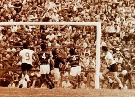 Atletiba disputado no Joaquim Américo, em 1973. (Mario Nunes Nascimento/Diário Popular)