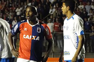 Adailton sentiu a coxa na partida contra o Avaí e está fora do jogo contra o Náutico (Foto: Monique Vilela/Banda B)