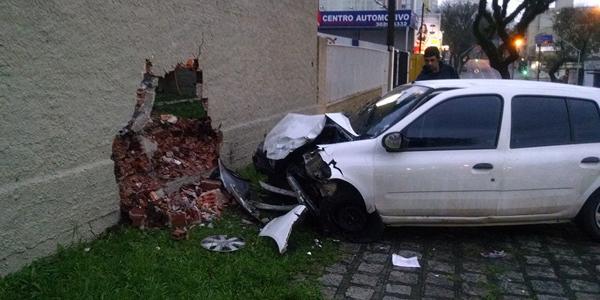 carro e muro dentro