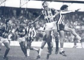 Heraldo (CAP) e Tostão (CFC) disputam pelo alto em 1989. (Acervo Grupo Helênicos)