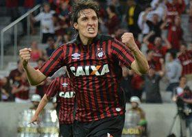 Atacante Cléo marcou duas vezes e garantiu vitória do Furacão. (Divulgação/Atlético)