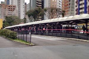 Torcida atleticana seguindo para a Arena da Baixada (Foto: Danaê Bubalo - Banda B)