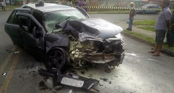 Carro ficou destruído (Foto: Antônio Nascimento - Banda B)