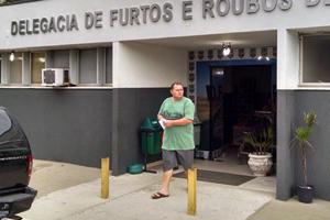 Ele saiu da delegacia por volta das 16h25 (Foto: Juliano Cunha - Banda B)