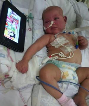 Isabelly está internada no Hospital de Clínicas. (Foto: Reprodução Facebook)
