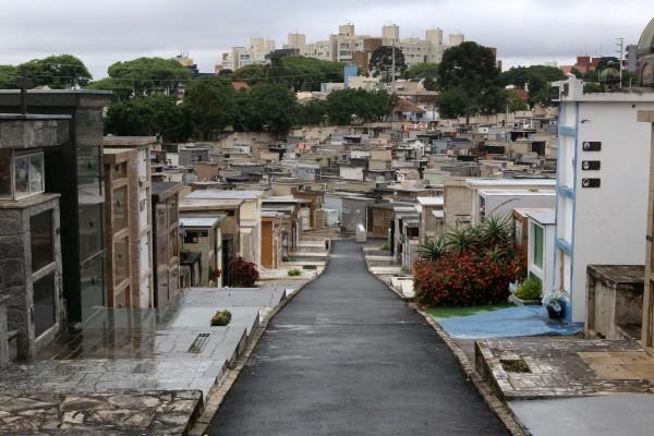 Os trabalhos de limpeza e reparos em túmulos para o Dia de Finados (2 de novembro) podem ser feitos até esta sexta-feira (30) nos cemitérios municipais de Curitiba. Foto: Cesar Brustolin/SMCS