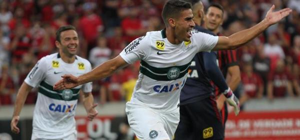 Thiago Lopes marcou o primeiro do clássico. (Divulgação/ Coritiba)