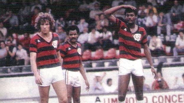 Washington (ao fundo) e Assis (à dir.) com a camisa do Atlético. (Divulgação)