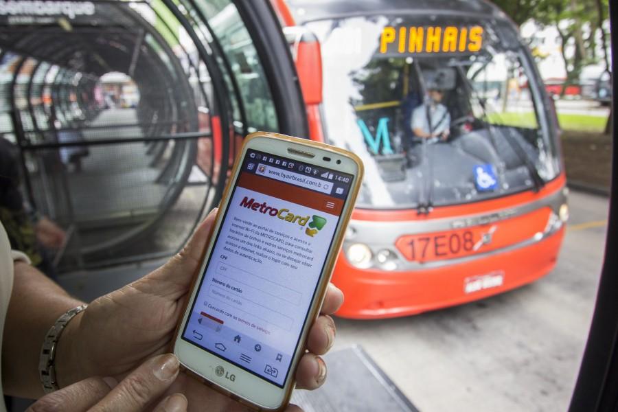 Usuários do transporte público portadores do cartão Metrocard, podem utilizar o serviço da rede wifi nas estações tubo enquanto aguradam o ônibus. Curitiba, 24/03/2016. Foto: Pedro Ribas/ANPr