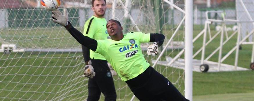 Goleiro Elisson conta com confiança da maior parte da torcida. (Divulgação/ Coritiba)