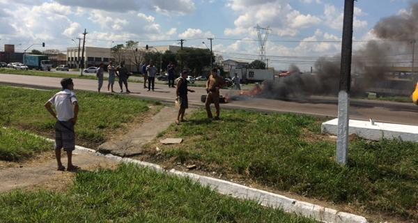 Bloqueio de rodovia formou longas filas no Contorno Sul (Foto: Flávia Barros - Banda B)