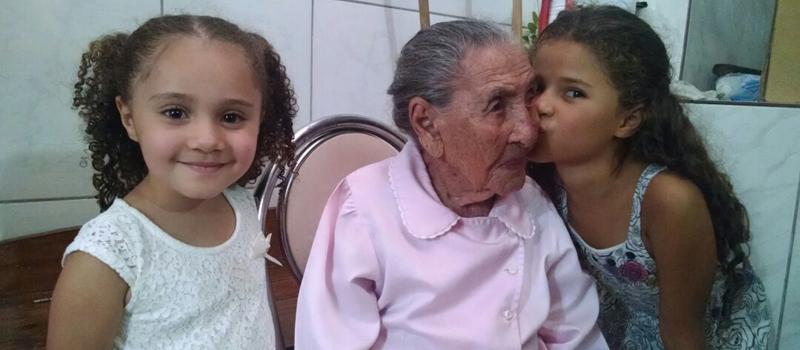 Dona Rosalina e as tataranetas, mais de 100 anos de diferença na idade (Foto: Djalma Malaquias - Banda B)