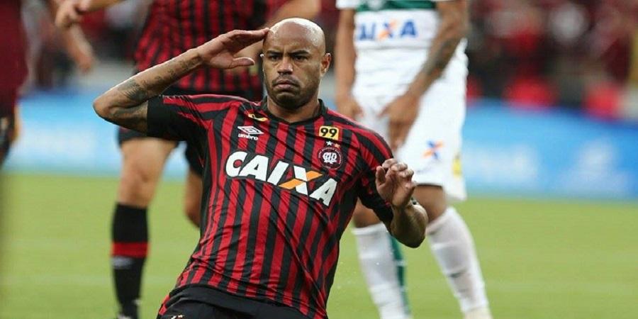 Thiago Heleno comemora o primeiro gol atleticano. (Geraldo Bubniak)