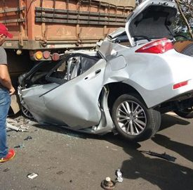 Veículo ficou destruído após colidir na traseira da carreta