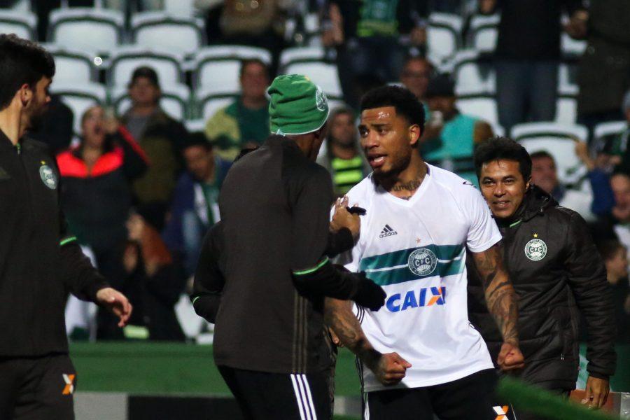 Kazim-Richards comemora o gol da vitória do Coritiba. (Joka Madruga/Estadão Conteúdo)