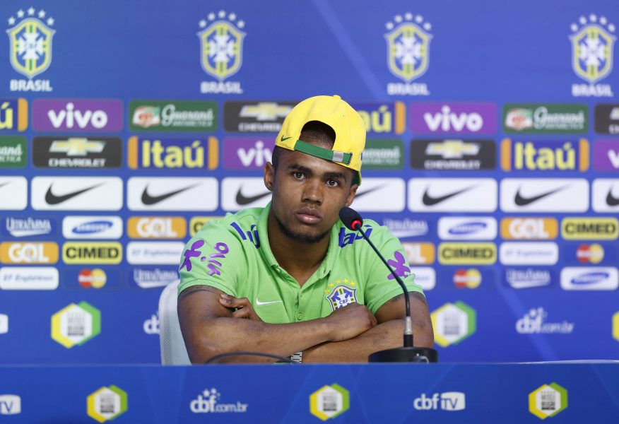Douglas Costa será um dos atletas acima de 23 anos na Olimpíada. (Divulgação/CBF)