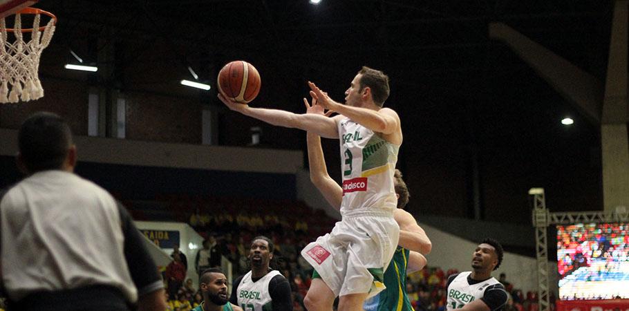 Brasil volta a quadra neste domingo para enfrentar a Lituânia. (Divulgação/CBB)
