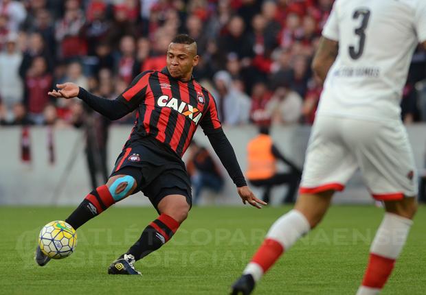 Walter terá nova chance de marcar pela primeira vez na grama sintética no domingo. (Divulgação/Atlético)
