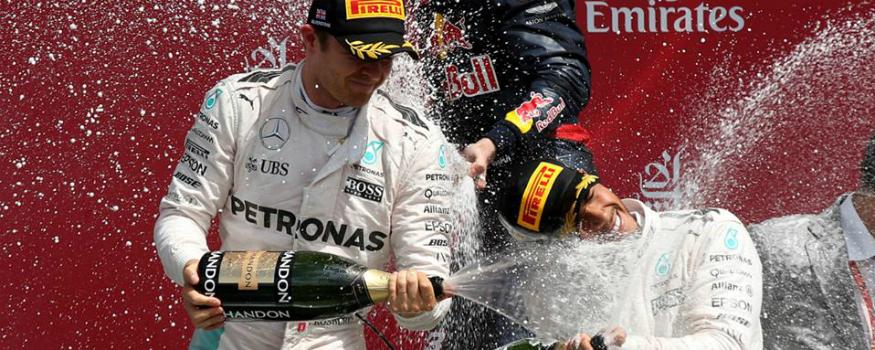 Rosberg e Hamilton travam duelo pelo título. (Facebook/ Mercedes AMG Petronas)