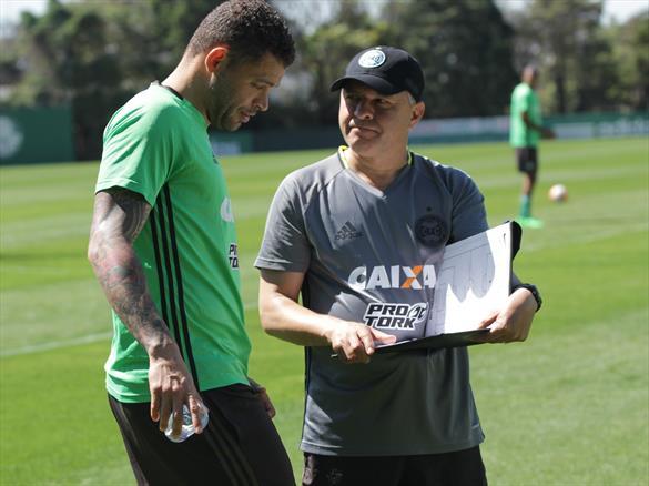 Edinho conversa com o auxiliar Pachequinho durante o último treinamento. (Divulgação/Coritiba)