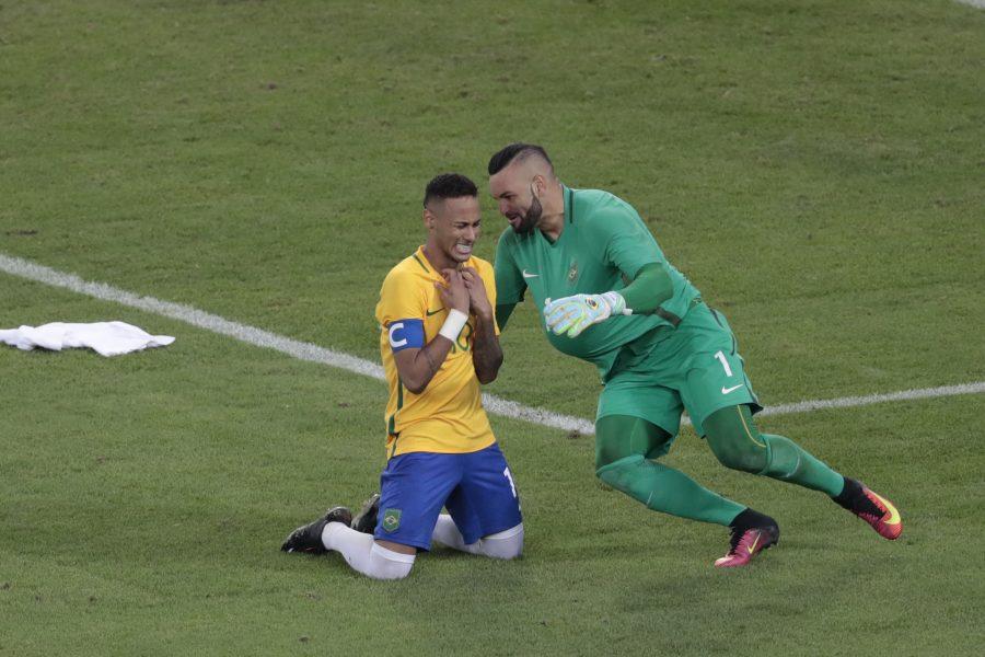 Neymar e Weverton comemoram a medalha de ouro inédita. (Leonardo Benassatto/Estadão Conteúdo)