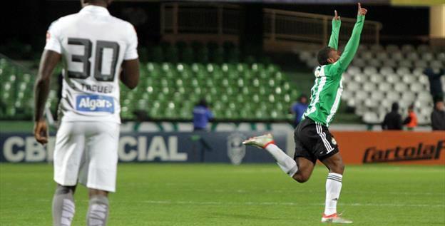 Iago marcou um golaço para virar o jogo no Couto. (Divulgação/ Coritiba)
