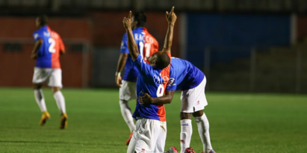 Lúcio Flávio saiu do banco para marcar o gol da vitória. (Geraldo Bubniak/Futebolparanaense.net)