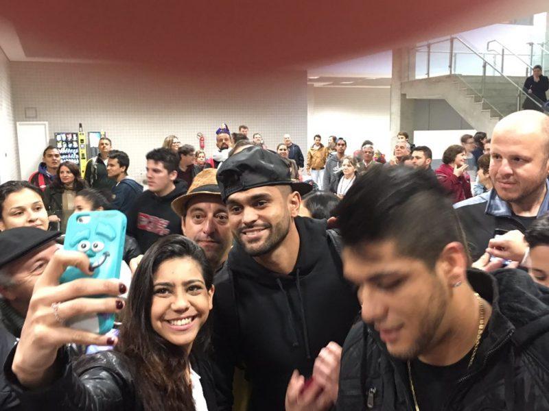 Luan foi recepcionado pela torcida no aeroporto. (Monique Vilela/Banda B)