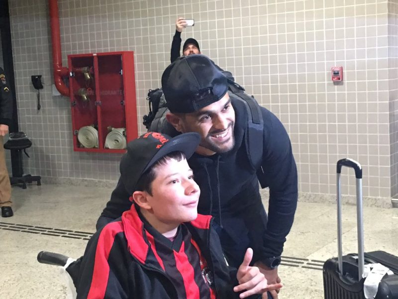 Luan foi recepcionado por torcedores no aeroporto. (Monique Vilela/Banda B)