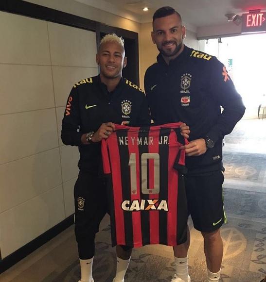 Neymar recebe presente. (Reprodução)