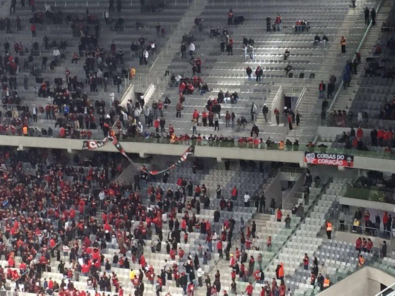 Torcida do Atlético arrancou faixa da campanha de sócios durante a partida. (Elton Sales/Banda B)