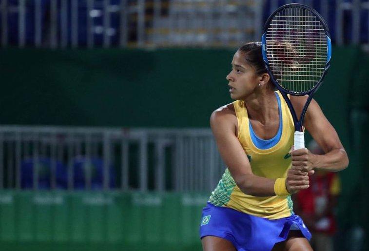 Teliana Pereira fez apenas três games na partida. (Cristiano Andújar/CBT)
