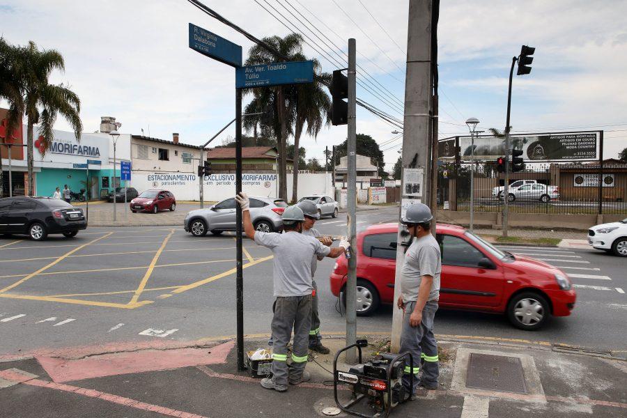 Implantação de novos módulos de semáforos para pessoas com mobilidade reduzida, no cruzamento da Av Toaldo Túlio e rua Virginia Dalabona no Órleans. Curitiba, 29/08/2016 Foto:Cesar Brustolin/SMCS