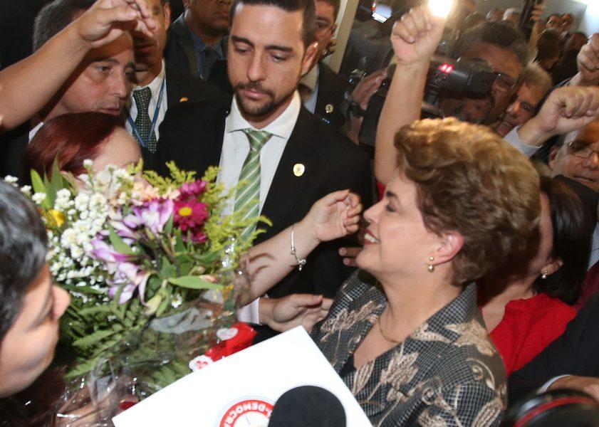 DF - IMPEACHMENT/SENADO/JULGAMENTO - POLÍTICA - A presidente afastada Dilma Rousseff chega à Chapelaria e é recebida por     militantes no Senado Federal, em Brasília, onde apresentará sua defesa no     processo de impeachment, nesta segunda-feira.    29/08/2016 - Foto: ANDRÉ DUSEK/ESTADÃO CONTEÚDO