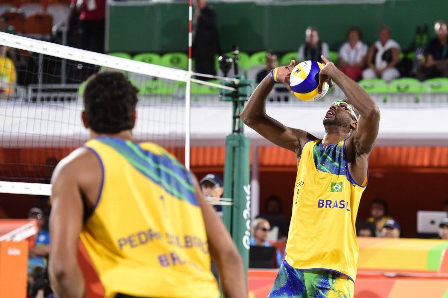 Pedro e Evandro são os primeiros brasileiros a serem eliminados na areia. (Divulgação/CBV)