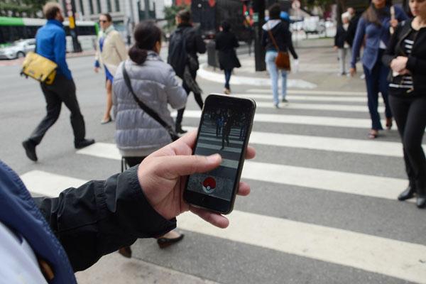 """SP - POKÉMON GO/PAULISTA - GERAL - Jogador de """"Pokémon Go"""" busca pokémons no Parque Trianon, na Avenida Paulista, em São Paulo (SP), na manhã desta quinta-feira (4). O jogo foi lançado no Brasil na noite desta quarta-feira (3). Disponível para aparelhos Android e iOS, """"Pokémon Go"""" usa dados do Google Maps para espalhar monstrinhos, PokéStops e ginásios pelas ruas da sua cidade. 04/08/2016 - Foto: J. DURAN MACHFEE/FUTURA PRESS/FUTURA PRESS/ESTADÃO CONTEÚDO"""