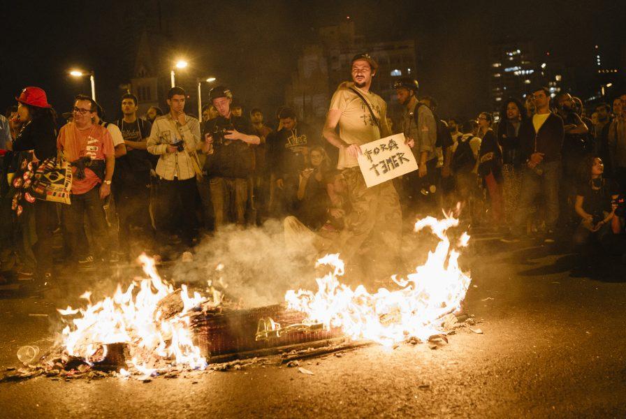 """SP - PROTESTO FORA TEMER - GERAL - Liderados pela CUT, diversos movimentos sociais de luta por moradia e outros, participam do protesto """" Fora Temer """" no Largo da Batata, em São Paulo (SP), neste domingo (4). 04/09/2016 - Foto: GUILHERME STUTZ/FUTURA PRESS/FUTURA PRESS/ESTADÃO CONTEÚDO"""