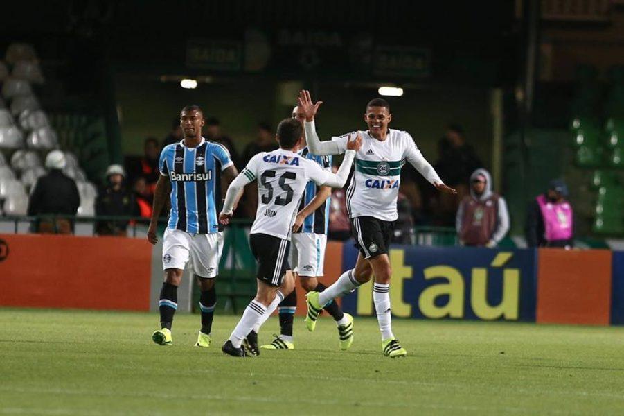 Walisson Maia marcou o primeiro gol coxa-branca. (Geraldo Bubniak/Estadão Conteúdo)