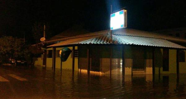 Em Guaratuba, água tomou ruas (Foto: Colaboração Jane Rodrigues)