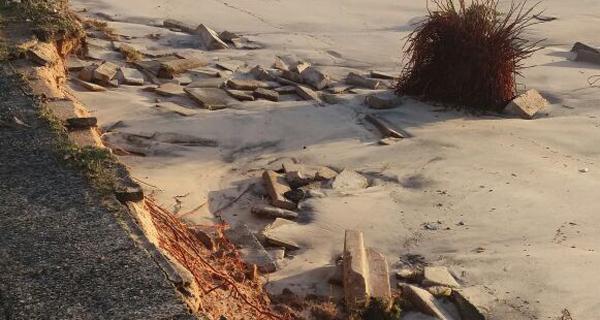No balneário Riviera, em Matinhos, calçada da beira-mar ficou destruída (Foto: Jane Uhilik)