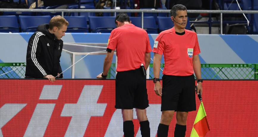 Árbitro consultou o vídeo antes de marcar o pênalti. (Divulgação/FIFA/Getty Images)