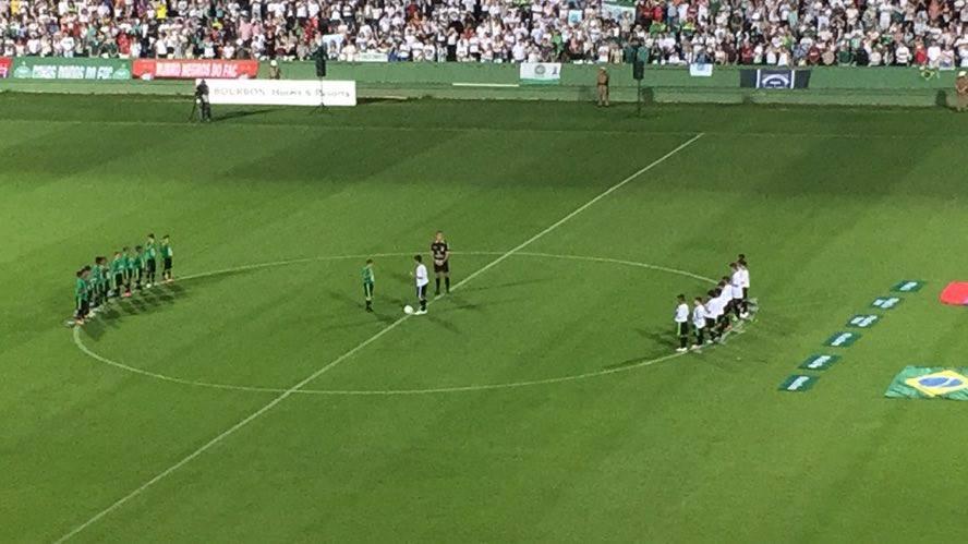 Crianças realizaram o pontapé simbólico no estádio. (Banda B)
