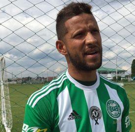 Goleiro Rafael Martins com o uniforme do Coxa para domingo. (Osmar Antônio/Banda B)