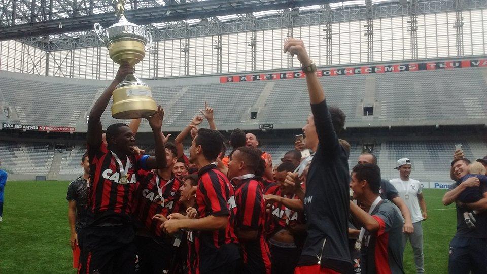 Jogadores do Atlético comemoram o título estadual. (Pedro Melo/Banda B)