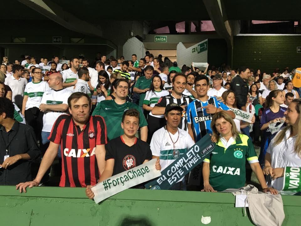 Torcedores deixaram a rivalidade de lado para homenagear à Chape. (Osmar Antônio/Banda B)