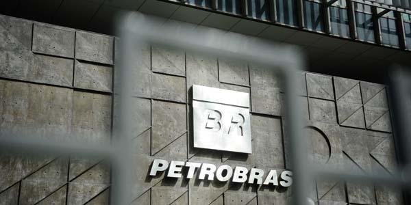 Os deputados federais da Comissão Parlamentar de Inquérito (CPI) que investiga irregularidades na Petrobras fazem uma visita técnica à sede da empresa no Rio (Tânia Rêgo/Agência Brasil)