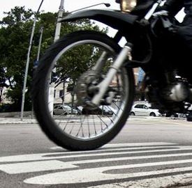 SÃO PAULO, SP, BRASIL,  17-12-2012, 16h00:  Um dos indicadores mais preocupantes sobre o trânsito de São Paulo, o de mortes de motociclistas, está fechando o ano com a primeira queda no número de casos desde 2008. A redução é de 16,2%, de 395 para 331 mortes - na comparação entre os meses de janeiro e setembro de 2011 e 2012, segundo dados divulgados pela Companhia de Engenharia de Tráfego (CET).  (Foto: Marcelo Camargo/ABr)